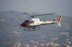 Volo dell'elicottero sopra la città immagine stock libera da diritti