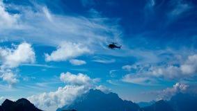 Volo dell'elicottero sul Dolomiti Immagine Stock