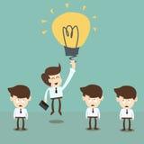 Volo dell'uomo d'affari dal pallone, dall'innovazione e dal vantaggio della lampadina di idea nell'affare Immagini Stock
