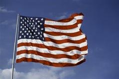 Volo della bandiera americana dal flagpole fotografia stock