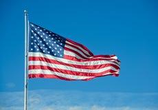 Volo della bandiera americana sopra le nuvole fotografie stock