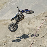 Volo della bici nell'aria immagini stock libere da diritti