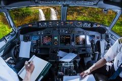 Volo della cabina di pilotaggio sulle cadute di Manawaiopuna Immagini Stock