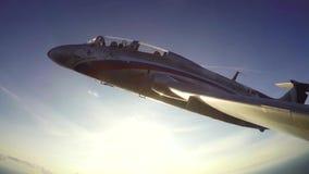 Volo della dimostrazione di jet L-29 aereo Delfn stock footage
