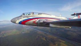Volo della dimostrazione di jet L-29 aereo Delfn video d archivio