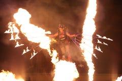 Volo della donna del juggler del fuoco Immagini Stock