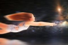Volo della giovane donna in mondo di fantasia Fotografie Stock