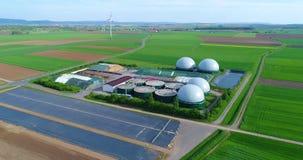 Volo della macchina fotografica sopra l'impianto di biogas dall'azienda agricola di maiale Energia rinnovabile dalla biomassa Uni video d archivio