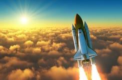 Volo della navetta spaziale sopra le nuvole nei raggi del sol levante royalty illustrazione gratis