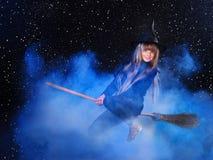 Volo della strega sul broomstick. Fotografia Stock