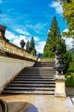 Volo delle scale di pietra con le urne del giardino ornamentale Immagini Stock