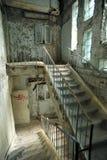 Volo delle scale in una costruzione abbandonata della piscina Fotografia Stock Libera da Diritti