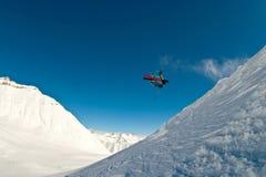 Volo dello sciatore nell'aria Fotografie Stock