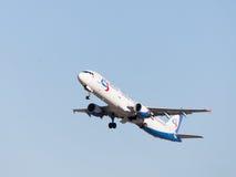 Volo di Airbus A321 Ural Airlines Fotografie Stock Libere da Diritti