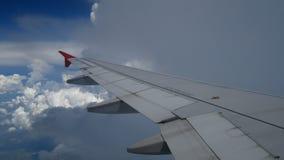 volo di atterraggio di aeroplano del metraggio 4K ala di un aeroplano che vola dentro alle nuvole ed al cielo blu bianchi Bella v video d archivio