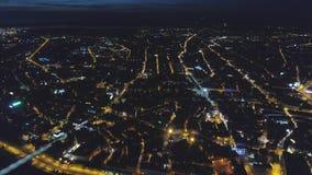 Volo di Autumn Drone del ponte di notte della città di Riga video d archivio