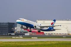 Volo di consegna di Chongqing Airlines Airbus A320 fotografia stock