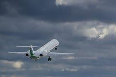 Volo di Embraer degli aerei Fotografia Stock Libera da Diritti