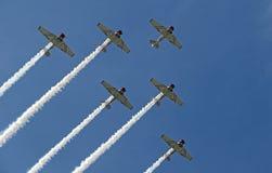 Volo di formazione al CEA AirVenture a Oshkosh immagini stock libere da diritti