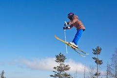 Volo di giovane sciatore Immagini Stock