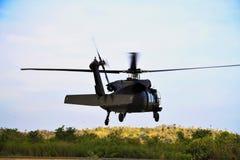 Volo di Hawk Helicopter del nero UH-60 immagini stock