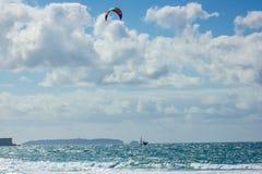 Volo di Kitesurfer davanti all'isola di Berlenga, Portogallo fotografia stock libera da diritti