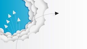 Volo di lavoro di squadra degli aeroplani di carta sulle nuvole e sul cielo blu immagine stock libera da diritti