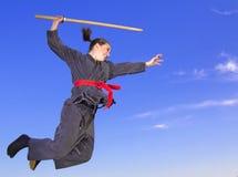 Volo di ninja della donna con il katana Fotografia Stock