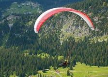 Volo di Paragilder attraverso la valle Immagini Stock