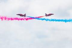 Volo di Redarrow attraverso i cieli Fotografie Stock Libere da Diritti