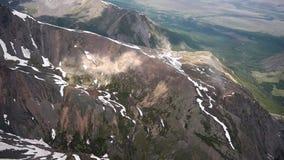 Volo di riserva della videoripresa nelle montagne 3500 metri sopra il leve del mare video d archivio