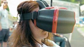 Volo di sorveglianza della donna del fuco di FPV facendo uso dei vetri di VR video d archivio