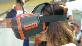 Volo di sorveglianza della donna del fuco di FPV facendo uso dei vetri di VR stock footage