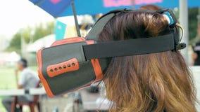 Volo di sorveglianza della donna del fuco di FPV facendo uso dei vetri di VR archivi video