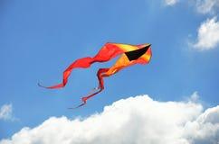 Volo giallo ed arancio dell'aquilone Fotografia Stock Libera da Diritti