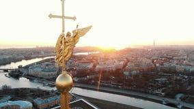 Volo impressionante sul fuco sopra il Peter e Paul Fortress a St Petersburg al tramonto stock footage