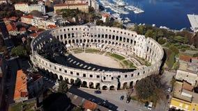Volo intorno all'arena di Pola, Croazia video d archivio