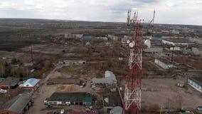 Volo intorno alla torre di comunicazioni Metraggio aereo da un elicottero video d archivio