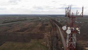 Volo intorno alla torre di comunicazioni Metraggio aereo da un elicottero stock footage