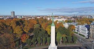 Volo Milda di Autumn Drone del ponte di tempo di giorno della città di Riga stock footage