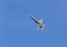 Volo militare degli aerei di aereo da caccia Fotografie Stock