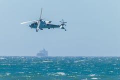 Volo militare degli aerei di attacco dell'elicottero Immagini Stock Libere da Diritti