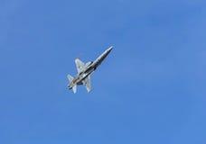 Volo militare dell'aereo da caccia nel fondo del cielo blu Fotografia Stock