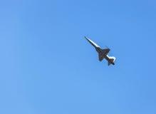 Volo militare dell'aereo da caccia sul cielo blu Immagini Stock