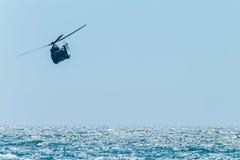 Volo militare dell'oceano dell'elicottero Immagini Stock Libere da Diritti