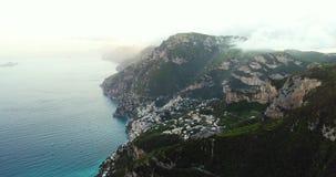 Volo in montagne sopra la costa di Amalfi in Italia video d archivio