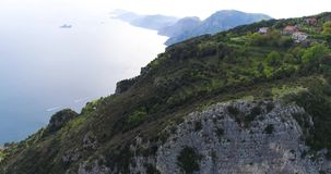 Volo in montagne sopra la costa di Amalfi in Italia archivi video