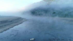 Volo nella nebbia nelle montagne video d archivio