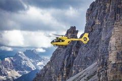 Volo panoramico sopra le montagne Trasporto æreo fotografia stock