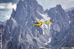 Volo panoramico sopra le montagne Trasporto æreo immagini stock
